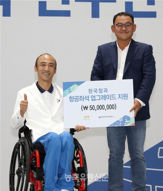 박상헌 한국청과 사장이 2018 인도네시아 장애인 아시아경기대회에 출전하는 선수단에게 후원을 하고 기념촬영을 하고 있다.